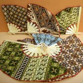Eventails de Bali pas cher en tissu batik et bambou